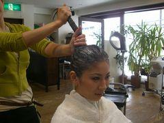 地肌と髪に潤いを与えるために、頭皮用のトリートメントを、まず付けます。