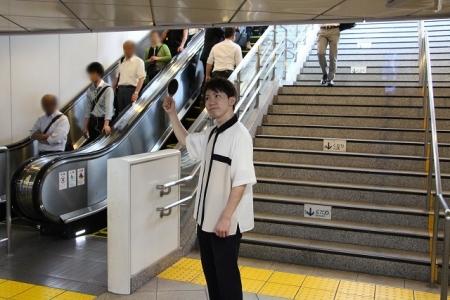 左側にあるエスカレーター、もしくは階段を上ります。