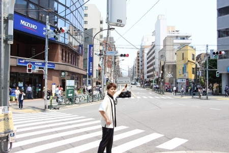 恵比寿駅東口交差点を渡り