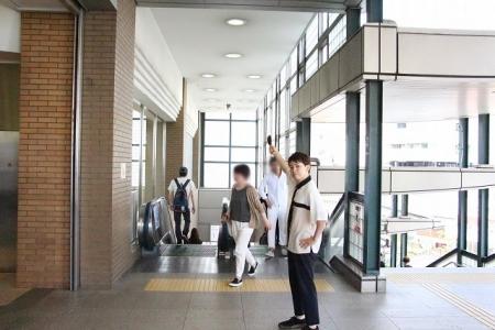 左側にあるエスカレーター、 もしくは階段を下ります。